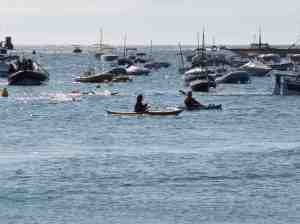 Derniers mètres escortés par les kayaks.